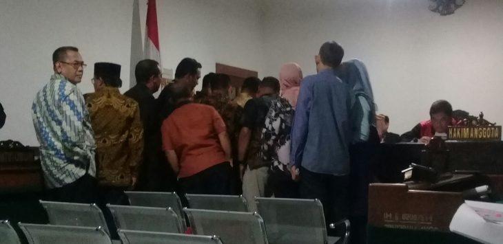 Para anggota dewan dari komisi IV maju kedepan hakim, saat dikonfrontir masalah tandatangan dan dibenarkan dalam kwitansi tersebut merupakan tandatangan para anggota dewan.