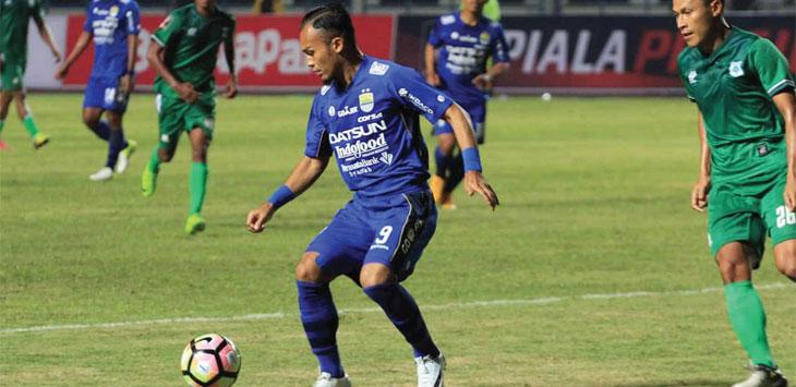 DIHADANG: Airlangga Sucipto masih berkostum Persib Bandung tampil apil saat bertandang ke markas PSM Medan. Ist