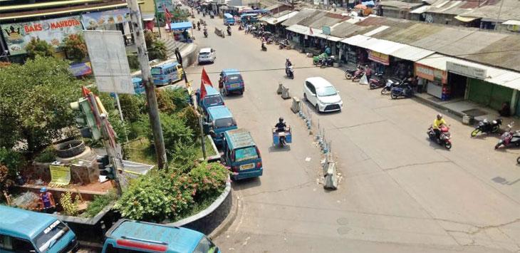 TUNGGU PENUMPANG: Sejumlah angkot menunggu penumpang di pertigaan Plaza Cikampek. ASEP KURNIA/RADAR KARAWANG