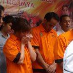 Artis Caca Duo Molek bersama dua pria yang ditangkap Polda Metro Jaya