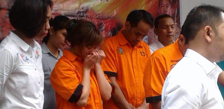 Artis Caca Duo Molek bersama dua pria yang ditangkap Polda Metro Jaya./Foto: Firdaus