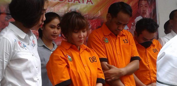 Artis Caca Duo Molek bersama dua pria yang ditangkap Polda Metro Jaya (Firdausi)