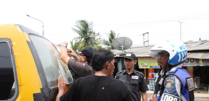 Bawaslu Indramayu bersama Dishub, tertibkan one way yang menempel di Angkot./Foto: Yanto