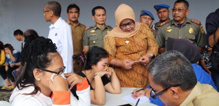 Bupati Bogor Ade Yasin memeriksa data warga yang terjaring operasi Nongol Babat (Nobat) 2019. (rishad)