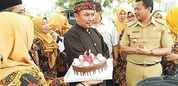 MILANGKALA: Bupati Sumedang H Dony Ahmad Munir saat menghadiri acara milangkala Kecamatan Pamulihan. TOHA HAMDANI/RADAR SUMEDANG