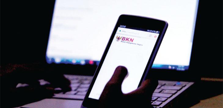 MENGAKSES: Warga mengakses website sscn.bkn.go.id yang merupakan situs Badan Kepegawaian Negara (BKN) untuk informasi CPNS di Bandung, Rabu (9/1/19). RIANA SETIAWAN/ RADAR BANDUNG