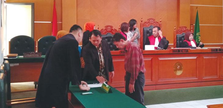 VONIS: Calon Anggota Dewan Pimpinan Daerah RI, dari daerah pemilihan Jawa Barat saat melihat hasil vonis di Pengadilan Negeri Depok, kamis (17/1/19). RUBIAKTO/RADAR DEPOK