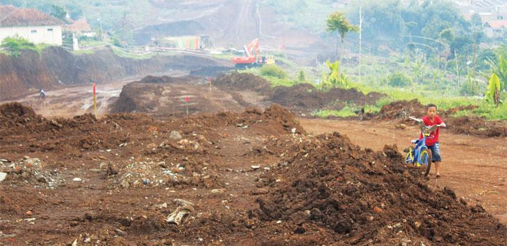 DIHANTUI LONGSOR: Warga di Dusun Margalaksana, Desa Sukarapih, Kecamatan Sukasari dihantui longsornya disposal tol yang dibuang ke lahan curam dan di atas sungai. TOHA HAMDANI/RADAR SUMEDANG