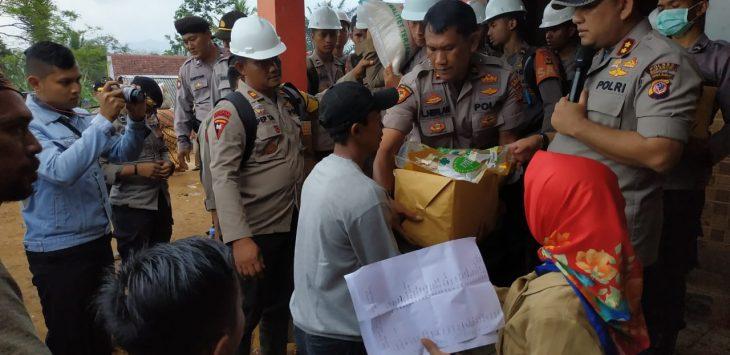 Kegiatan doa bersama polisi bersama masyarakat di lokasi Longsor di Sukabumi, Senin (7/1/2019)./Foto: Istimewa