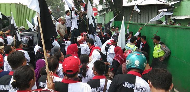 Ratusan massa dari FSPS Ferdasi Serikat Pekerja Singa Perbangsa DPC Cirebon gelar ujuk rasa  (Kir/pojokjabar.com)