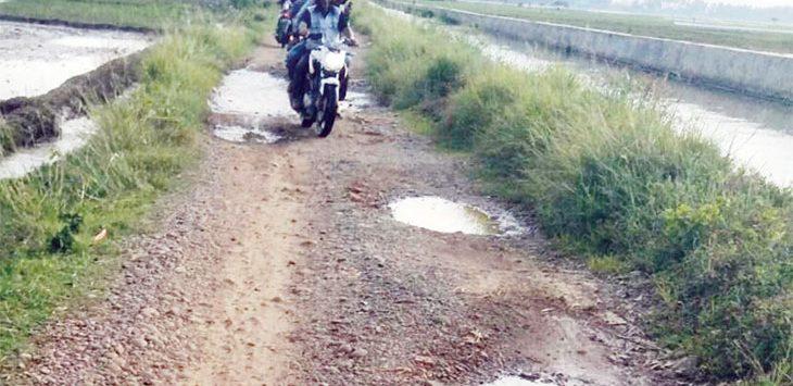 OFFROAD: Seorang pengendara motor melintasi jalan lingkungan di utara Desa Wancimekar menuju Kampung Sarengseng, Senin (7/1/19).
