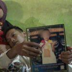 Jayadi menunjukkan foto Abay semasa kecil