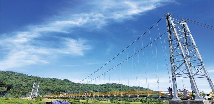 SELESAI DIBANGUN: Jembatan Gantung Panyindangan penghubung Desa Baginda - Gunasari terlihat sudah mulai rampung. Jembatan ini dibangun untuk menghubungkan daerah terisolir. Panji/Radar Sumedang