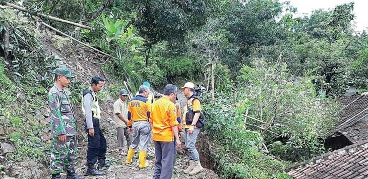TERANCAM:Relawan BPBD saat meninjau lokasi tanah longsor di Kampung Gunung Buleud RT 19/12, Desa Loji, Kecamatan Simpenan.