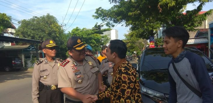 Kapolres Indramayu AKBP M. Yoris M.Y Marzuki (tengah), bersalaman dengan salah satu warga di jalan jend. Soedirman./Foto: Yanto