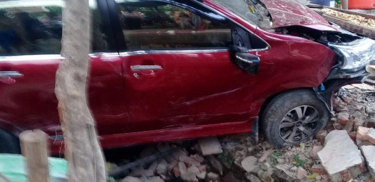 Kendaraan Avanza warna merah seruduk warung di pinggir jalan raya Jagapura - Gegesik (kirno)