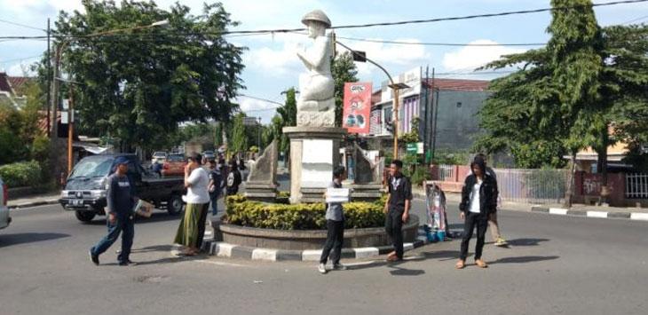 GALANG DANA : Komunitas muslim saat melakukan penggalangan dana untuk korban tsunami Selat Sunda di ruas jalan Purwakarta.
