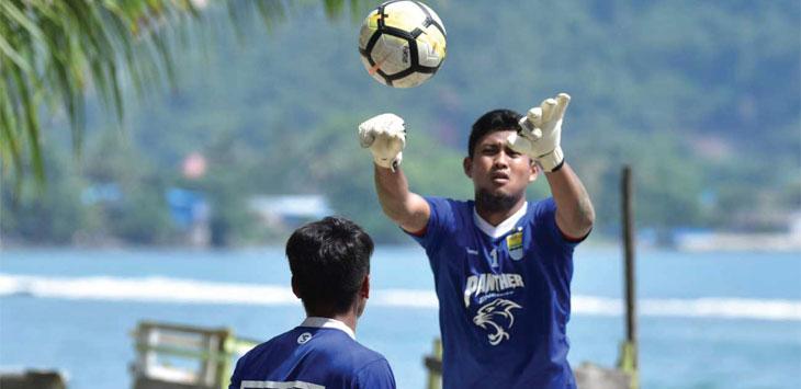 LATIHAN: Penjaga gawang Persib Bandung, M Natshir Fadhil Mahbuby saat menjalani sesi latihan. Ist