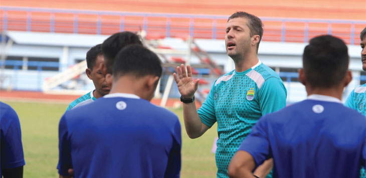 MEMBERI ARAHAN: Pelatih anyar Persib, Miljan Radovic saat memberi arahan kepada sejumlah pemain di Stadion Arcamanik, Kota Bandung, Senin (14/1/19). RIANA SETIAWAN/ RADAR BANDUNG