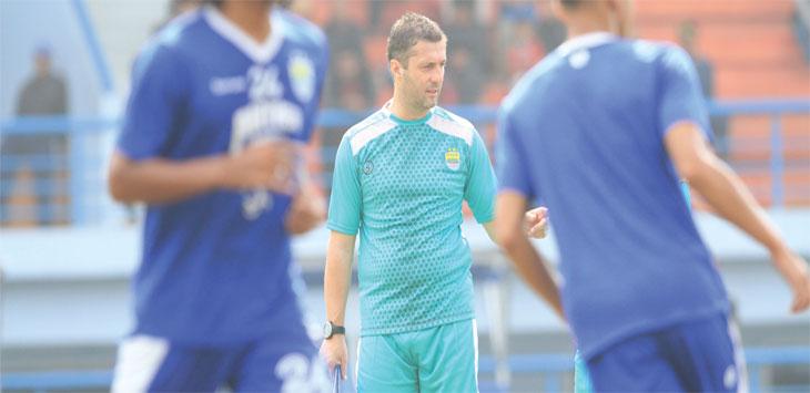 MEMIMPIN LATIHAN: Pelatih Persib, Miljan Radovic saat memimpin latihan skuat Maung Bandung di Stadion Sport Jabar, Arcamanik, Kota Bandung. RIANA SETIAWAN/ RADAR BANDUNG