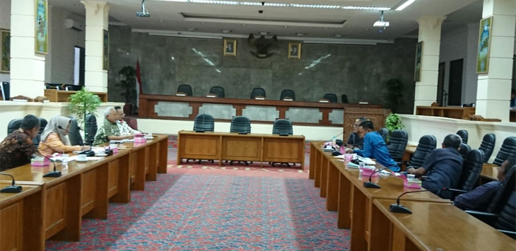 Dewan Komisi II kota Cirebon hearing dengan PDAM pembangunan reservoar.  Yosep/Pojokjabar.com