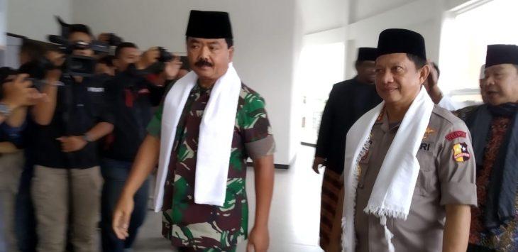Panglima TNI Marsekal Hadi Tjahjanto bersama Kapolri Jenderal Tito di Ponpes Buntet Cirebon (yon)