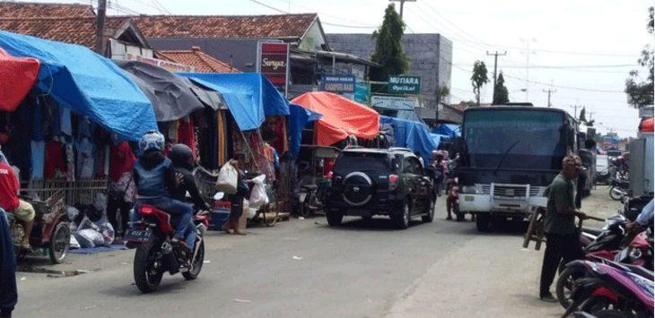 MAKAN JALAN: Aktivitas pedagang mingguan Jatibarang Kabupaten Indramayu memakan setengah Jalan Mayor Dasuki. FOTO: ANANG SYAHRONI/ RADAR INDRAMAYU