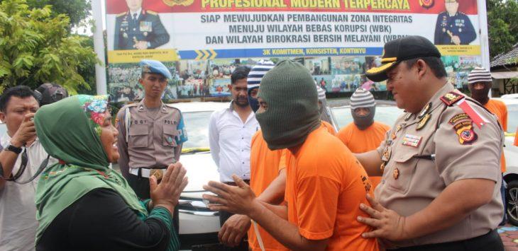 Pencuri mobil (tengah) meminta maaf kepada korban Juju (Kiri)./Foto: Yanto
