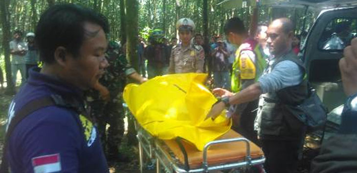 MISTERIUS : Petugas mengevakuasi jasad perempuan misterius di area kebun karet Blok Jalupang di Dusun Cikuda, Desa Lengkong, Kecamatan Cipendeuy, Rabu, (2/1/19). Istimewa