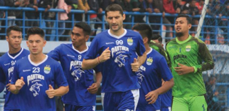 LATIHAN: Sejumlah pemain Persib Bandung saat menjalani sesi latihan di Lapangan SPOrT Arcamanik, Bandung. RIANA SETIAWAN/ RADAR BANDUNG