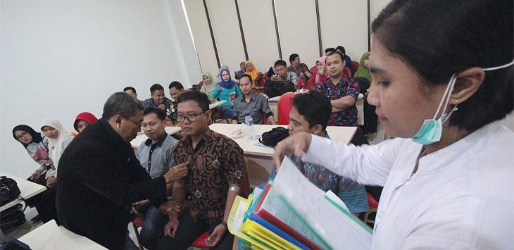 JALANI TES: Peserta CPNS saat mengitkuti tes pengecekan fisik di RSUD Kota Depok, Jalan Muchtar Raya, Kecamatan Sawangan, Kamis (10/1/19). Ahmad Fachry/Radar Depok