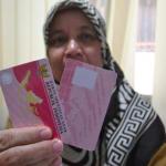 Petugas Disdukcapil Kota Bogor menunjukkan Kartu Identitas Anak. Hendri:Radar Bogor.