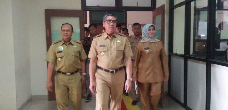 Pj Bupati Cirebon Dicky Saromi didampingi Kadis Kesehatan Kabupaten Cirebon menyambangi salah satu rumah sakit Arjawinangun./Foto: Kirno