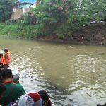 Proses pencarian dua bocah Imam dan Daffa di Sungai Kriyan Kecamatan Jagasatru Kota Cirebon ( ist)