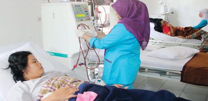 PERIKSA : Perawat saat memeriksa pasien di RSUD Bayu Asih Purwakarta. Gani/Radar Karawang