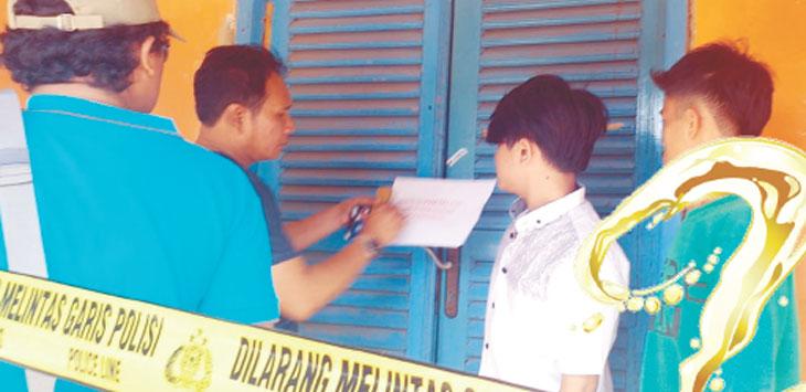 SEGEL : Rumah penjual miras yang membandel disegel oleh Satuan Reserse Narkoba Polres Purwakarta. Hal itu akan dilakukan di semua titik di wilayah Purwakarta. Gani/Radar Karawang