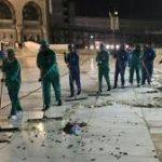 Serangga hitam di pelataran Masjidil Haram dibersihkan petugas (foto detik)