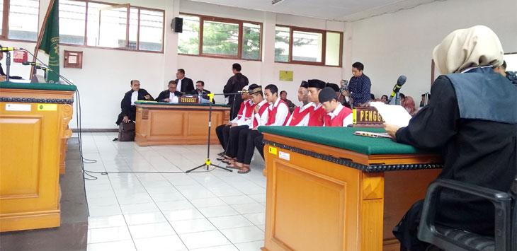 SIDANG: Suasana sidang pengekroyok Haringga Sirila di Pengadilan Negeri Bandung, Jalan LL RE Martadinata, Kota Bandung, Selasa (15/1/19). AZIS ZULKHAIRIL/ RADAR BANDUNG