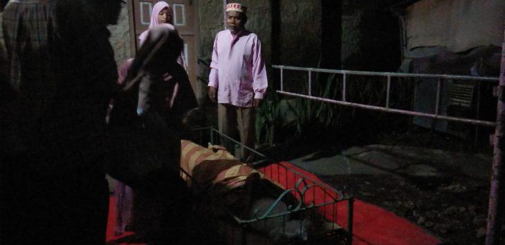 Jenazah Saniah, korban kasus Suami Istri Saling Bunuh di Cirebon tiba di rumah duka, Kamis (10/1/2019)./Foto: Kirno