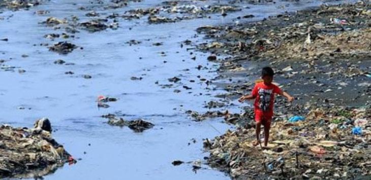 PENCEMARAN : Anak-anak bermain di Sungai Citarum Lama, Rancamanyar, Kabupaten Bandung, yang dipenuhi sampah dan sedimentasi. Kini pemerintah terus berupaya membersihkan sungai ini. (doc)