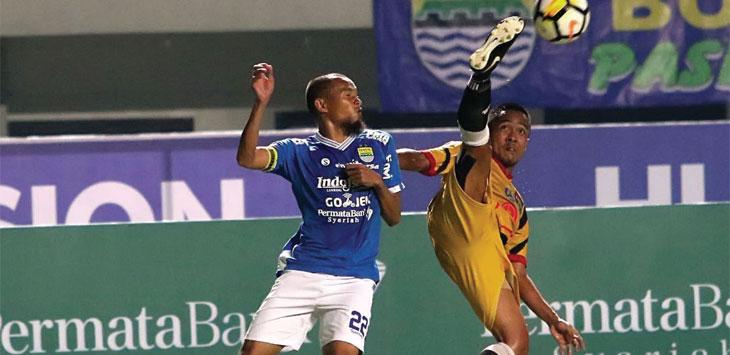 DUEL: Kapten Persib Supardi Natsir saat berduel merebut bola dari pemain Mitra Kukar. Ist