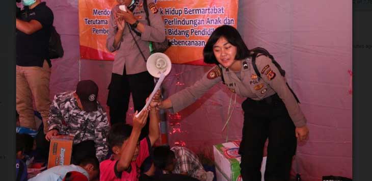 Team Trauma Healing Polda Jawa Barat bersama anak-anak korban Longsor Cisolok