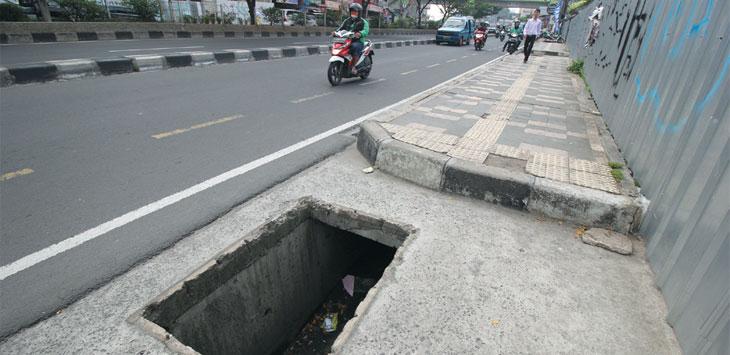MEMBAHAYAKAN PEJALAN KAKI : Tampak terlihat jalur pedestrian yang rusak dan berlubang di kawasan Jalan Margonda Raya, kemarin. Hal ini tentunya sangat membahayakan para pengguna jalur tersebut. Ahmad Fachry/Radar Depok
