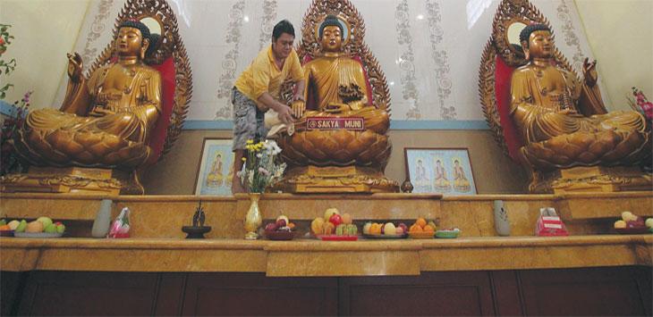 PERSIAPAN MENJELANG IMLEK : Pengurus vihara membersihkan patung Budha di Vihara Gayatri, Kelurahan Cilangkap, Kecamatan Tapos, Selasa (29/1). Kegiatan tersebut guna menyambut tahun baru Imlek 2570 yang jatuh pada tanggal 5 Februari 2019. Ahmad Fachry/Radar Depok