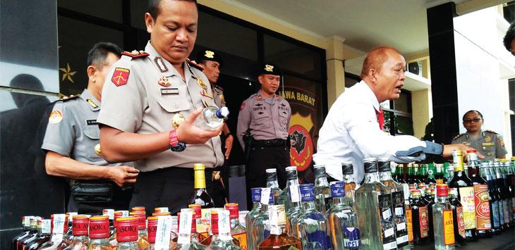 ILUSTRASI: Wakapolres Sumedang, Kompol Sigit Rahayudi menunjukan barang bukti miras kepada awak media. AGUN GUNAWAN/RADAR SUMEDANG