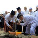 Walikota Bogor Bima Arya pada salah satu peletakan batu pertama pembangunan masjid (ist)