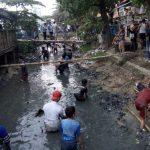 Warga terjun ke sungai yang jorok demi memburu uang Rp4 juta di Indramayu (yanto)