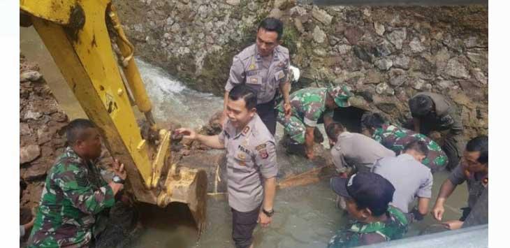 Kapolres Kota Sukabumi AKBP Susatyo pantau wilayah banjir.