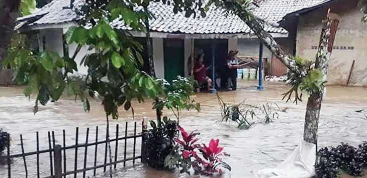 TERJADI DIMANA-MANA: Banjir dan longsor juga puting beliung terjadi di beberapa wilayah yang ada di Kota maupun Kabupaten Sukabumi hingga mengakibatkan dampak cukup besar. Banyak rumah, sekolah, fasilitas umum dan lainnya terndam banjir hingga mengalami kerusakan cukup parah.