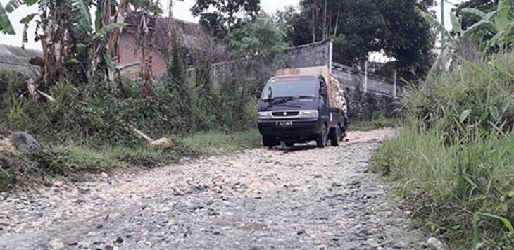 Terlihat kendaraan berhati-hati saat melintas di Jalan Pangantolan, Desa Parakanlima, Kecamatan Cikembar.